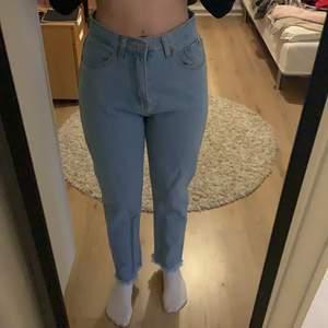 Jeans från shein som jag aldrig andvänt, med fransar längst ner. Lite stora i midjan för mig. Ordinarie pris är 249 kr. Skriv privat om pris eller om de är något du undra.