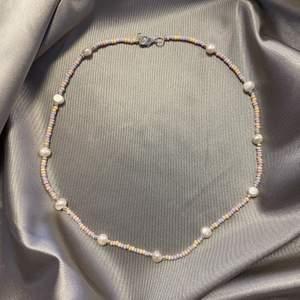 Jättefint halsband jag gjort själv, materialet glas och sötvattenspärlor ! Mer hos @tinsel.uf på instagram! 🥰 38cm + 4cm förlängning ✨