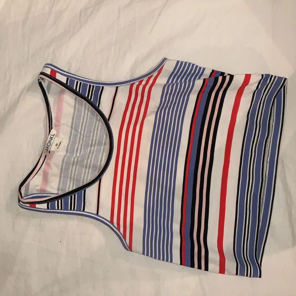 Säljer mitt superfina randiga croppade linne. Budgivning i kommentarerna, kan mötas upp i Stockholm annars står köpare för frakt! 😊💗 (Budgivning fortsätter pga oseriösa köpare). Toppar.