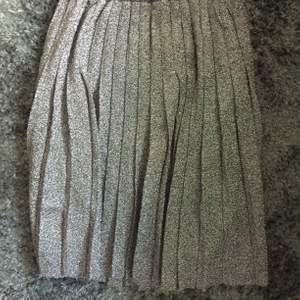 Plisserad kjol från Levis , aldrig använd .