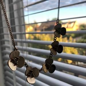 Super gulligt och guldigt halsband med blommer på, alla har en liten kristall i mitten💗 jätte fint att ha på sommarn då solen lyser på den🥰💕 priset är inklusive frakten! Skriv till mig om man har frågor eller vill ha fler bilder!☺️💗