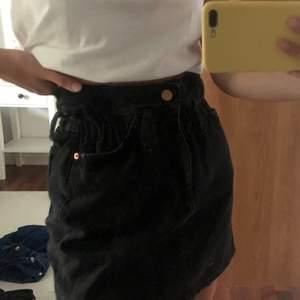 Svart jeanskjol i paperbag modell från Gina Tricot. Använd väldigt få gånger. (Köparen står för frakten) 🌺💕