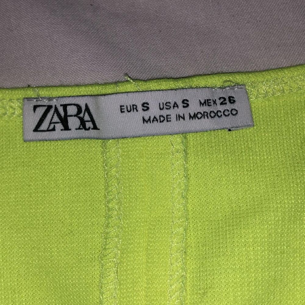 Neon gul klänning köpt från zara köpt för ungefär 2 månader men ej använd. Klänningar.