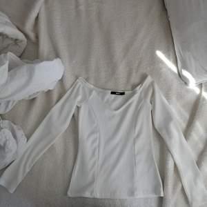 Helt oanvänd skön V-ringad offshoulder tröja i ribbat material