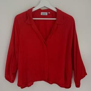 Skjorta/blus från Weekday i en fantastiskt fin röd färg! Endast använd en gång, men är i nyskick! Storlek S. Säljes för 75kr+frakt 🌻