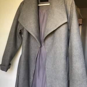 Jätte snygg kappa som passar alla årstider, lite varmare kappa, aldrig använt då jag inte passar i kappa, men super snygg, köpt för 799 kr på bikbok