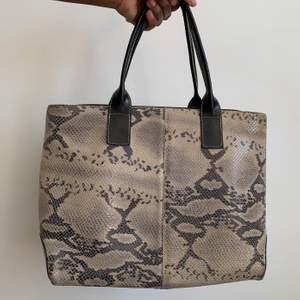 Väska i snake print. Stilren men intressant.