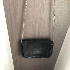 Svart rymlig väska! Den har magnet spänne och gjord på fake mocka. Frakten betalas av köpare!