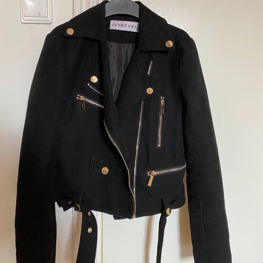 Säljer min jacka ifrån Ivyrevel pga av att den är för liten. Plagget är i strl s men är mer som en xs.. Jackor.