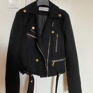 Säljer min jacka ifrån Ivyrevel pga av att den är för liten. Plagget är i strl s men är mer som en xs.