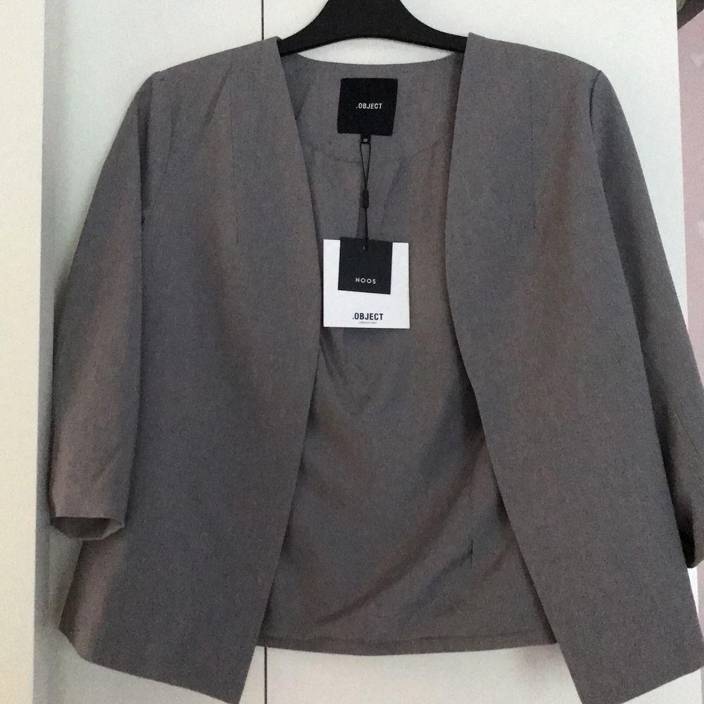 Säljer denna blazer som är grå och en lite kortare modell! Älskar den och tycker den är riktigt snygg men har inte kommit till användning då den inte riktigt passar in i min stil hehe. Skickar gärna fler bilder och köparen står för frakten! . Jackor.