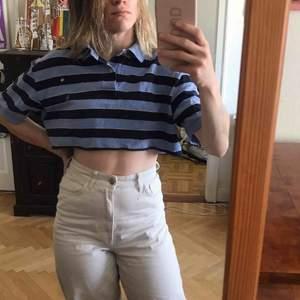 Kort piké-tröja från Polo Ralph Lauren. Fint skick. Köparen står för frakten. Kan även mötas upp i Stockholm.