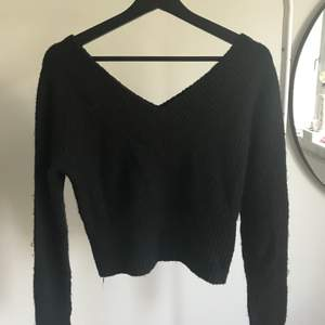 Svart V-ringad stickad tröja från HM Divided som även är som ett v ryggen. Köptes för cirka 150kr säljes för 60kr. Köparen står för frakt. Priset skulle kunna diskuteras💕