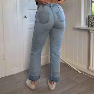 Snyggaste jeansen!! Älskar de här med alla detaljer som fickorna, knäppningen och bensluten, tyvärr har de blivit för små.. ett unikt kap, de är cropped och i bra kvalité
