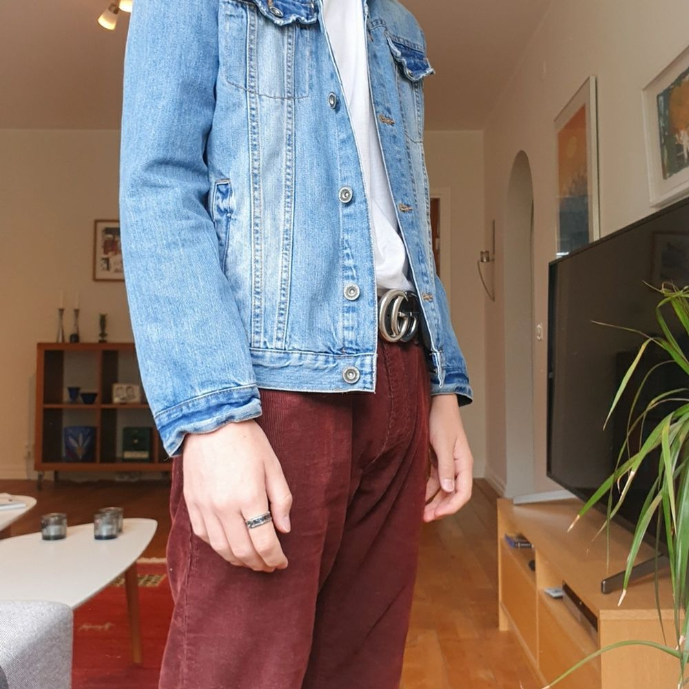 Jeansjacka från Zara, barnstorlek 152 cm men som ni ser på bilden så passar den nästan mig som är närmre 172 cm och väger lite under 60 och jag brukar ha typ XS :) Skriv om ni är intresserade eller/och lägg bud!. Jackor.