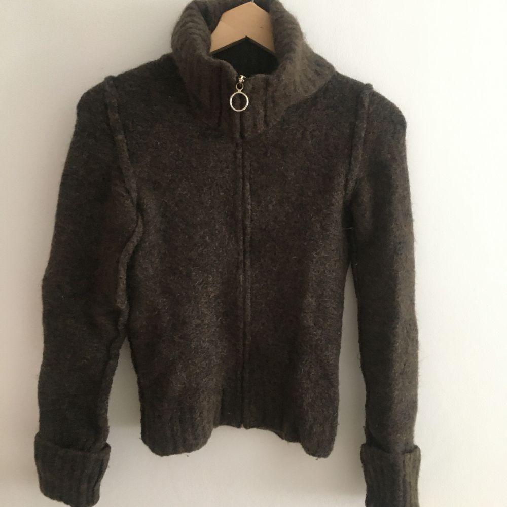 Stickad tröja i äkta vara från D&G. Sitter tight åt och har en fin krage som är gosig att dra upp.. Stickat.
