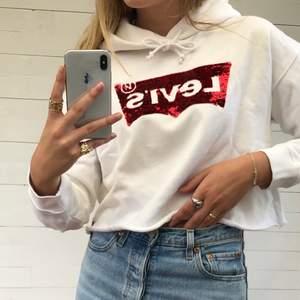 Croppad hoodie från Levi's med paljetter. ÄLSKAR materialet och luvan är stor och rymlig. Använd få gånger och i väldigt fint skick. Hör av er vid intresse! ❤️
