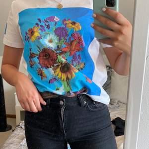 En jättesnygg t-shirt med blomtryck, från zara. Det är även tryck på båda ärmarna som man kan se på bild 2 och 3. Den är endast använd vid ett tillfälle och är därför i mycket bra skick! Pris: 100kr(priset är inkl frakt!)