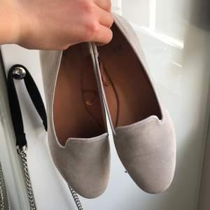 Beige ballerinaskor ifrån HM storlek 37 det är använda några gånger. Köparen står för frakt
