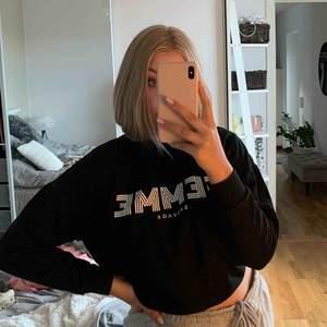Jättesnygg sweatshirt som jag inte använt så mycket så därför säljer jag den, superskön! Köparen står för frakt💕
