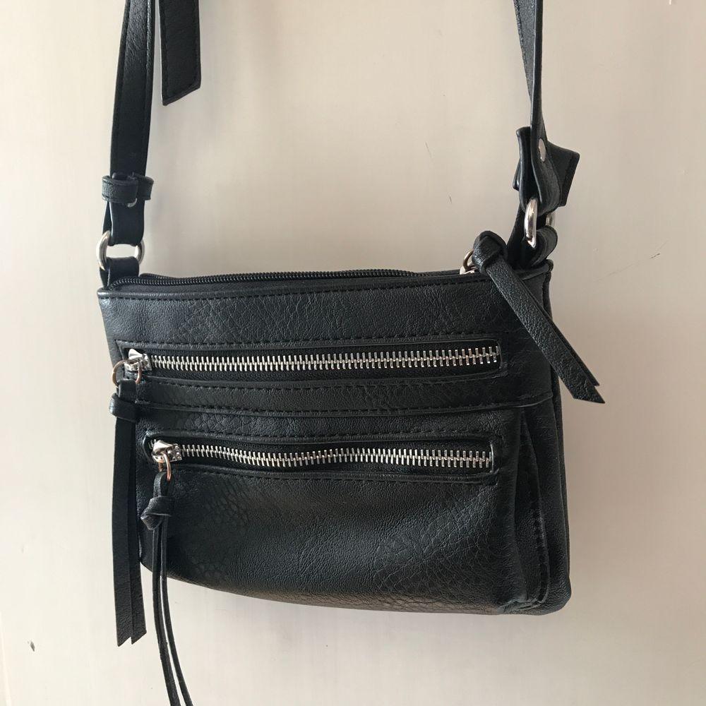Snygg och vardaglig axelremsväska🤩 som är i mycket bra skick, köparen står för frakt💕. Väskor.