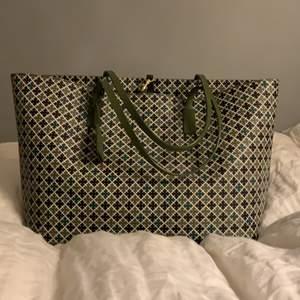 Jättefin väska, oanvänd, äkta Malene Birger och ordinarie pris är 2300 kr och jag säljer för 1000 kr kan bli budgivning om det behövs och jag fick den i julas🙃😃 Köpare betalar frakten😊
