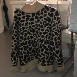 Leopard mönstrad tröja från nakd säljer pågrund av aldrig använt den o den ligger bara i garderoben