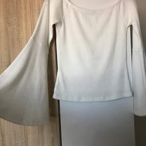 Vit tröja med utsvängda armar! Off-shoulder
