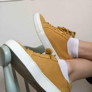 Gula mocca sneakers, fel storlek för mig så endast använda 2-3 ggr.  Frakt tillkommer