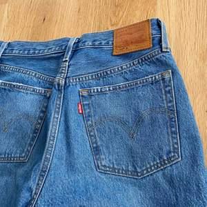 Säljer mina älskade 501 jeans från Levis då de inte passar längre. Fint skick. Frakt tillkommer. Nypris 1100 kr