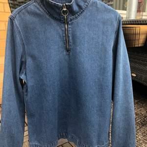 Riktigt snygg jeans tröja med dragkedja vid kragen. Märke: Boohooman.  Använd 2 gånger. Storlek M.