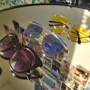 Säljer dessa tre solglasögon som är sparsamt använda. OBS! De gula och blå är sålda.Kan mötas upp i Lund annars står köparen för frakten:)