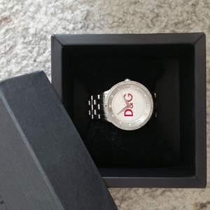Äkta Dolce & Gabbana klocka, sparsamt använd. Behöver byta batteri och som bilden visar så saknas en strass (strass medföljer och det är bara att limma in den) därav det billiga priset. ❗ Jag har liten handled, så klockan ser större ut på mig 😊 Nypris :2899kr