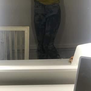 Ett bar ljusblåa blekta jeans ifrån monki. Högmidjade och väldigt bekväma !!