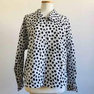 Tunn och skön skjorta, av märket TED NICOL. Märkt storlek 38. Nyskick!   Frakt ingår i priset!