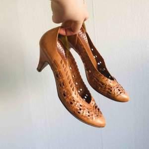 Skorna är märkta storlek 35, men passar även på ett par små 36or.   I fint skick, men något slitna på klack och undersidan (se bild).   Frakt ingår i priset!