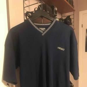 En fejk men assnygg mörkblå Versace t-shirt, oversize funkar typ som en klänning beror lite på hur lång en är. Annars är den skitsnygg till ett par byxor! 120kr inklusive frakt