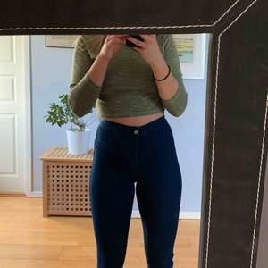 Supertajta Joni jeans från Topshop, jättestretchiga och superhög midja, mörkblå Använda ett fåtal gånger Möts i malmö eller fraktas för 50 kr extra