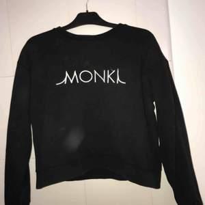 Monki logo tröja från Monki. Snygg och skön passform. 100 kr med inkluderad frakt.