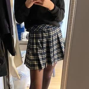Säljer min rutiga kjol!! Den är från hm och använd 2 ggr!! Den är från hm men jag har tyvärr klippt bort märket men passar mig som vanligtvis har xs eller s!!