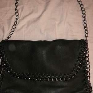 Jätte fin väska i mörkgrön, ett axelremsband & inköpt för 249kr. Säljer för 150kr, kan skickas eller mötas i göteborg🌸