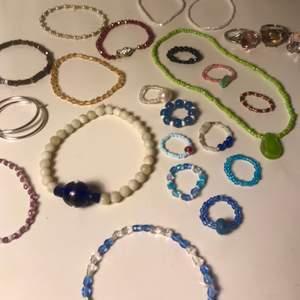Flera gamla smycket jag gjort och köpt mycket fina och säljer dom bara för jag andvänder så många andra. Skriv till mig om pris kostar lite olika beroende på vad d vill ha från 20 till 60 typ köp gjärna fler om du behöver frakt