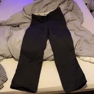 svarta vanliga dickies workpants med medelhög fit. Skulle tippa på storlek S på dessa