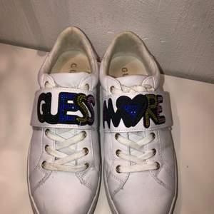 Guess skor som är köpta förra året, använts några gånger därav lite smutsiga men går absolut att tvätta bort. Annars är de i väldigt bra skick.