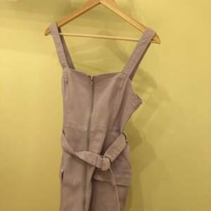 Ljus lila klänning i storlek 38 från H&M. Aldrig använd, storleken funkar 38 men den e ganska tight. De finns fickor på sidorna och man kan använda skärpet för att tighta klänningen mer❤️ kan mötas i Stockholm. Nypris: 299kr pris: 120kr. ❤️