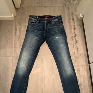 Blåa jeans från jack & Jones storlek 29/32, använda men i super bra skick