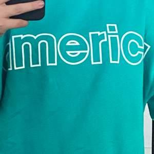 """Säljer min jättefina sweatshirt som det står """"america"""" på! Köpt på Carlings! Använd max 2 gånger💘 Säljer därför den inte kommer till användning! Inga fel på den👍🏼 Frakt tillkommer💘"""