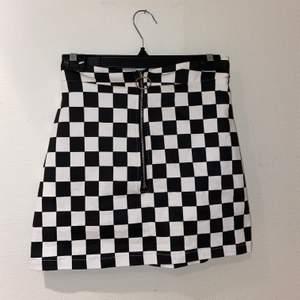 Väldigt cool kjol! Aldrig en gång så det är mycket fint skick! Mattetalet är typ jeans fast stretch! Frakt tillkommer 🚚 ( kolla gärna in mina andra inlägg 💕)