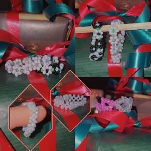 Nya fina designs, färger och mönster på våra hemmagjorda pärlringar utav glaspärlor! Super fina och en perfekt julklapp, present eller bara en fin accessoar till dig själv! Livar verkligen upp outfiten!❤️  priser: 1enkel 15, 2 enkel 20, 3 enkel 30, 4 enkel 35. 1 rung med 1-3 blommor 30kr, en ring full av blommor 45kr. Kronring 35kr, en knytring (vita) 25kr. Har du frågor eller andra funderingar så hör av dig via DM. Beställningar sker även vid DM❤️