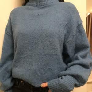 Blå stickad tröja i storlek S. Super skön och snygg. Skriv om du har någon fråga eller är intresserad💕